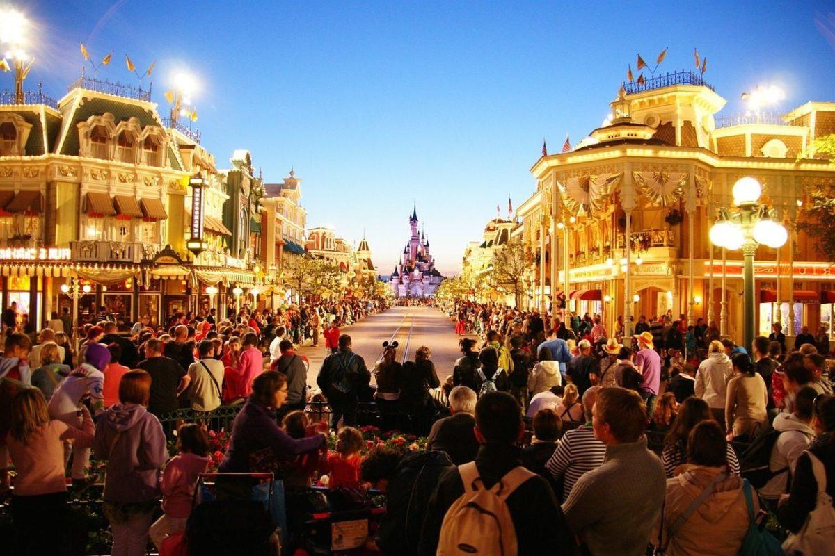 Une foule avec enfants devant Disneyland Paris